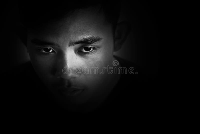 Chłopiec obsiadanie na kącie pokój z strachem i beznadziejny obraz stock