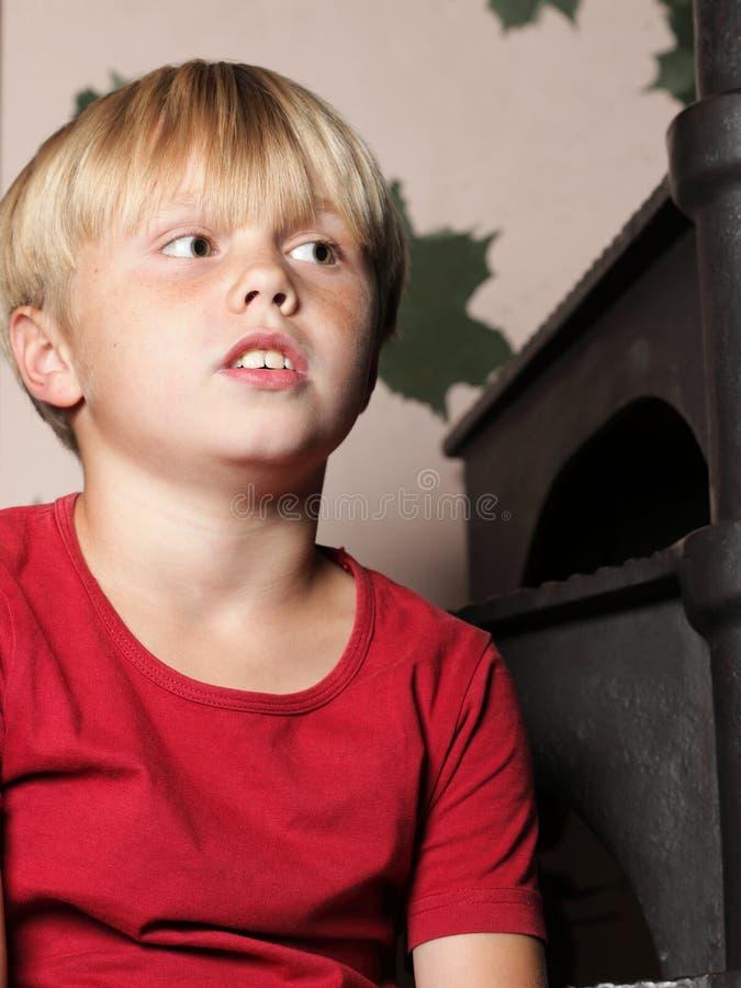 Chłopiec obsiadanie na schodkach zdjęcie royalty free