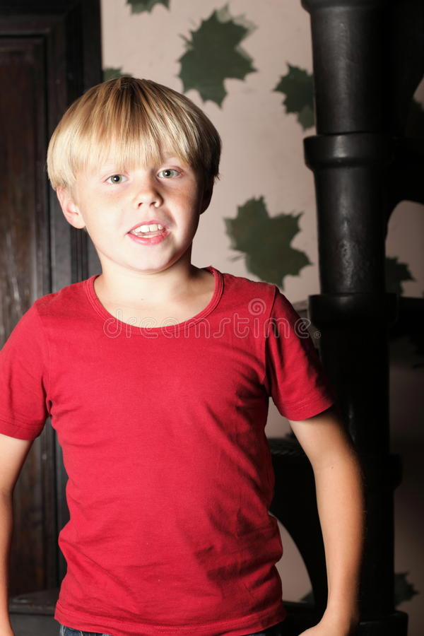 Chłopiec obsiadanie na schodkach obraz stock