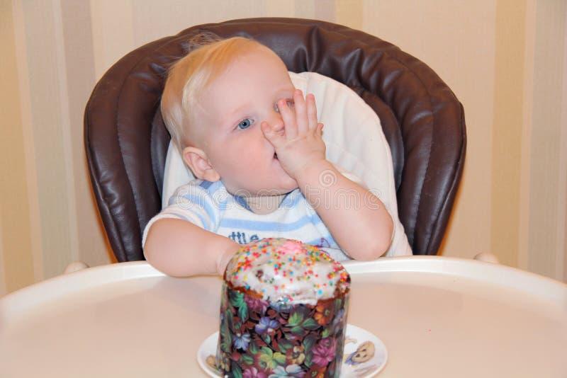 Chłopiec obsiadanie przy stołem dla karmić obraz stock