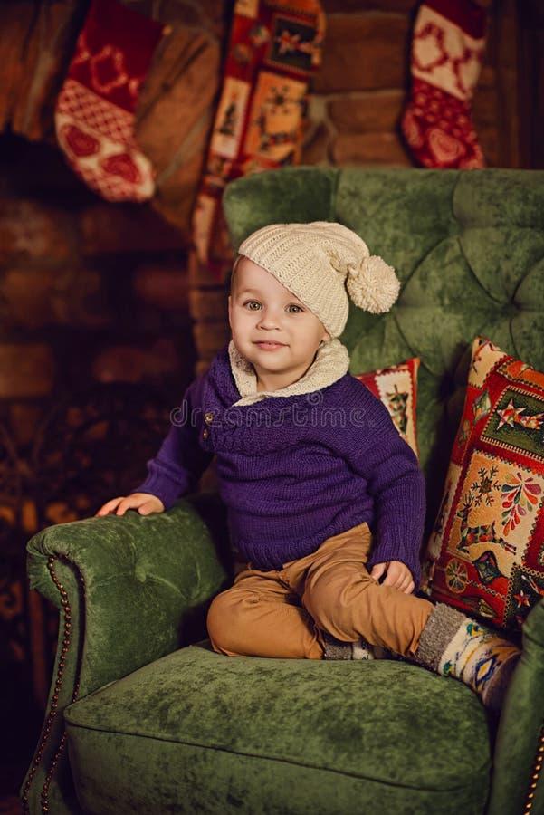 chłopiec obsiadanie w krześle blisko graby zdjęcie royalty free