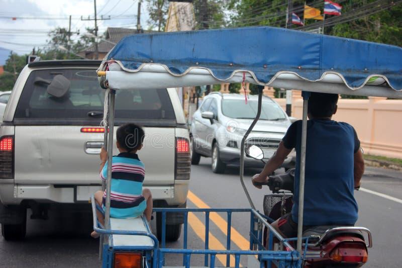 Chłopiec obsiadanie w lokalnym zmodyfikowanym motocyklu w Tajlandia obraz royalty free