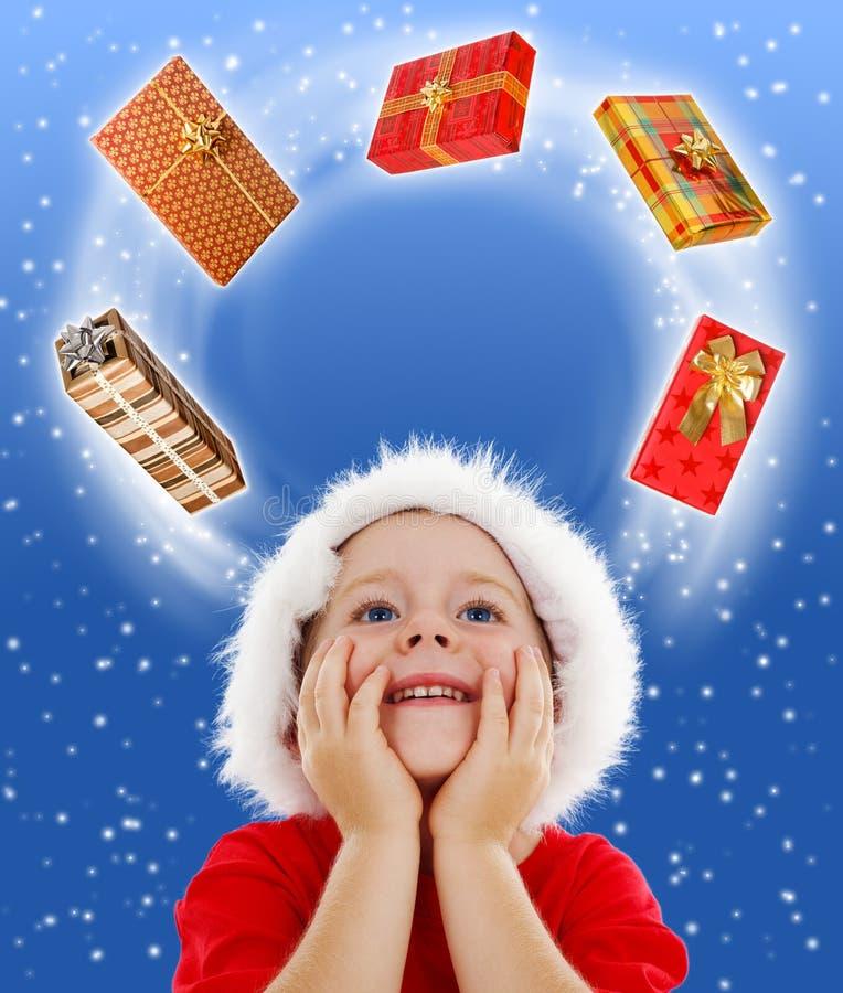 chłopiec odbitkowych prezentów przyglądająca przestrzeń otaczająca fotografia stock