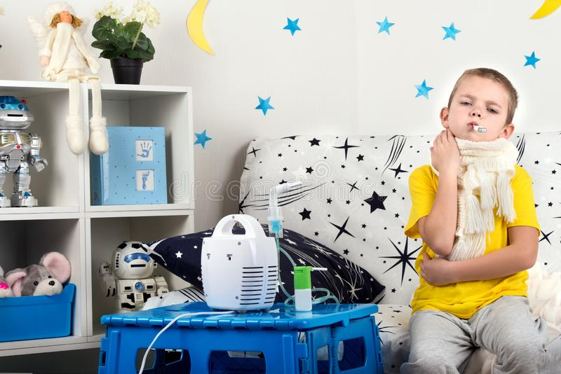 Chłopiec odczucia bolą w gardle, miary temperatura Dziecko robi inhalacyjnemu nebulizer zdjęcia stock