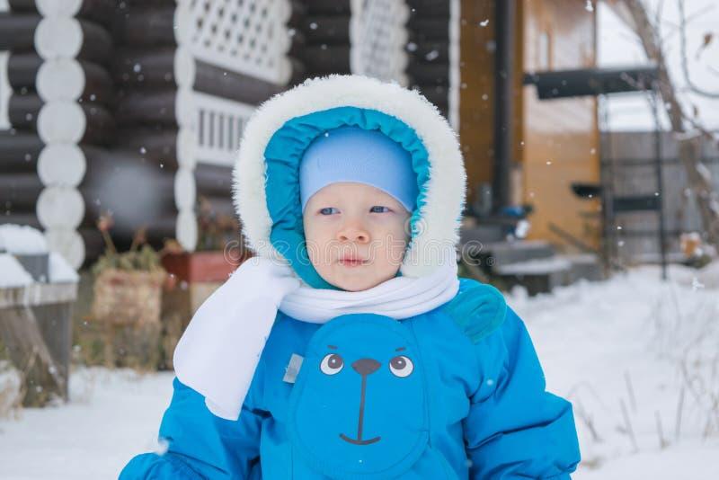 Chłopiec odprowadzenie przy śnieżnym jardem - zima publiczny występ obrazy stock