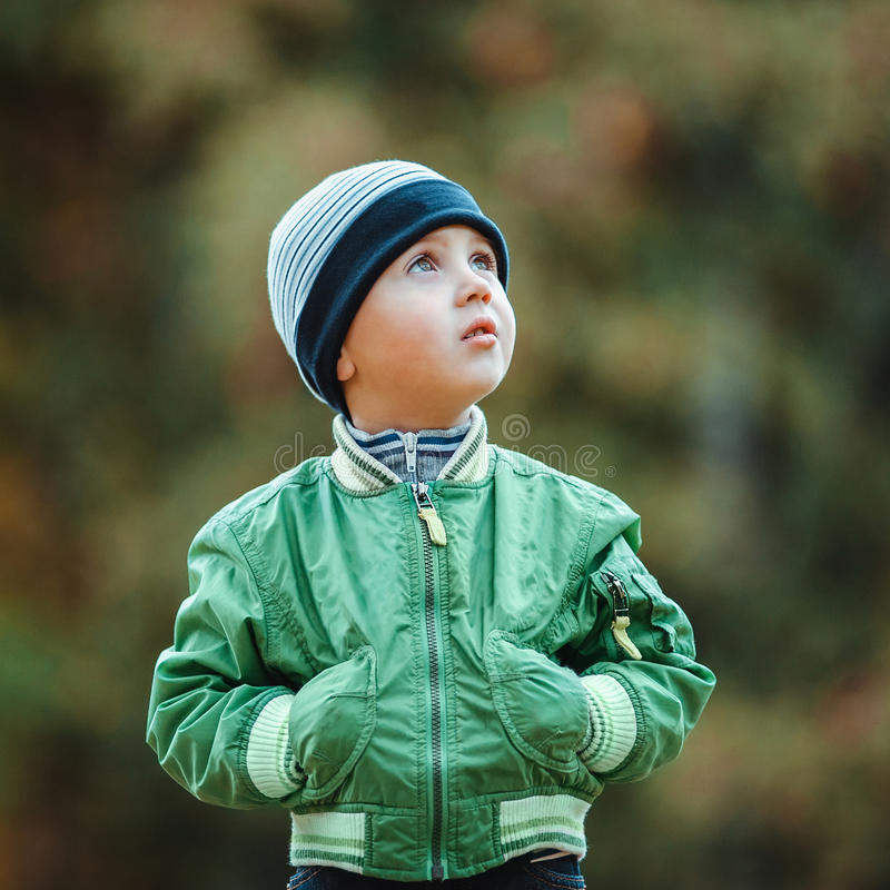 Chłopiec odprowadzenie w parku fotografia royalty free
