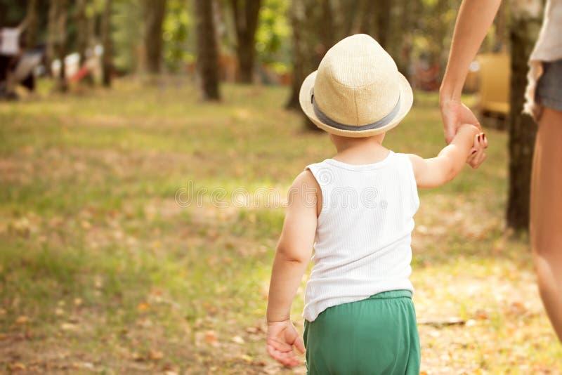 Chłopiec odprowadzenie z mamą w parku fotografia stock