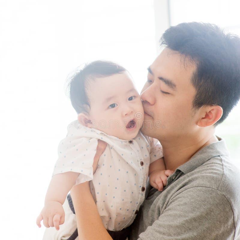 chłopiec ojca całowanie fotografia stock