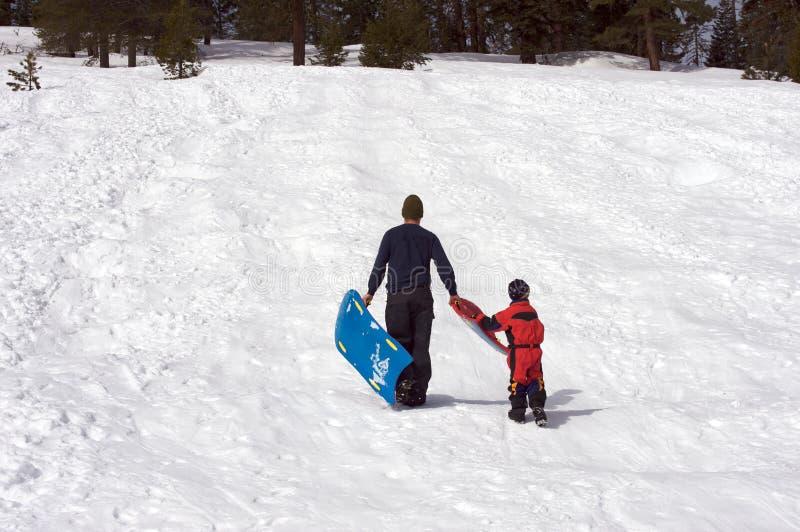 chłopiec ojciec jego sledding fotografia royalty free