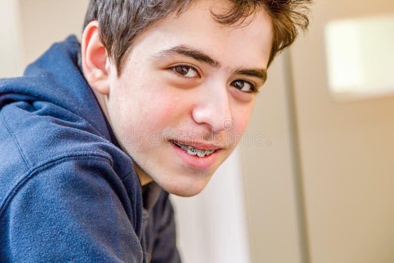 Chłopiec ono uśmiecha się z brasami zdjęcia royalty free