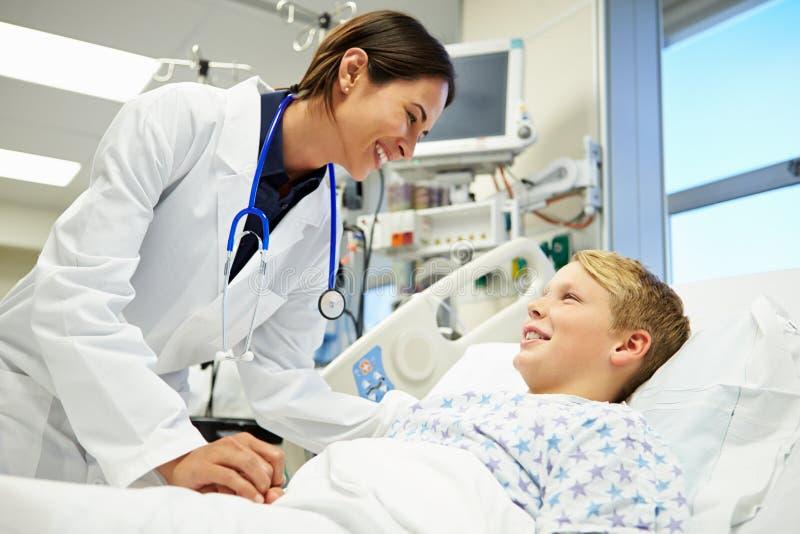 Chłopiec Opowiada kobiety lekarka W izbie pogotowia obrazy stock