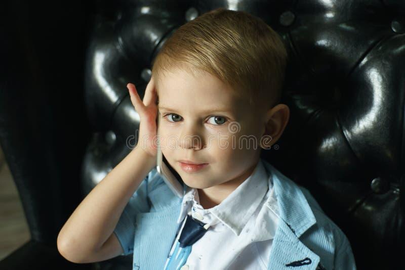 Chłopiec opowiada na telefonie z kopii przestrzenią zdjęcie stock