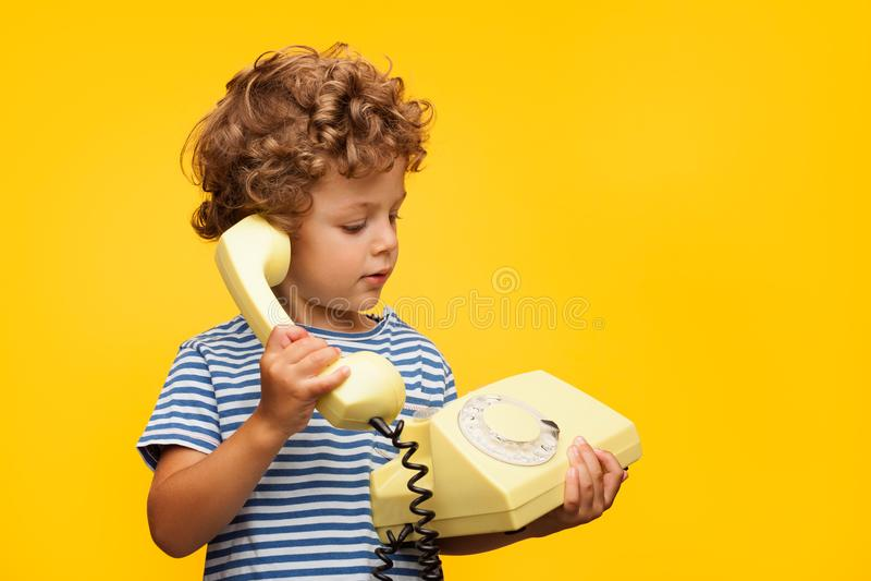 Chłopiec opowiada przestarzałego telefon obraz royalty free