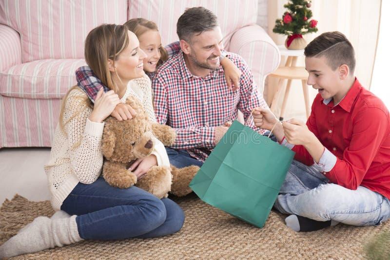 Chłopiec otwarcia bożych narodzeń prezenta torba obrazy royalty free