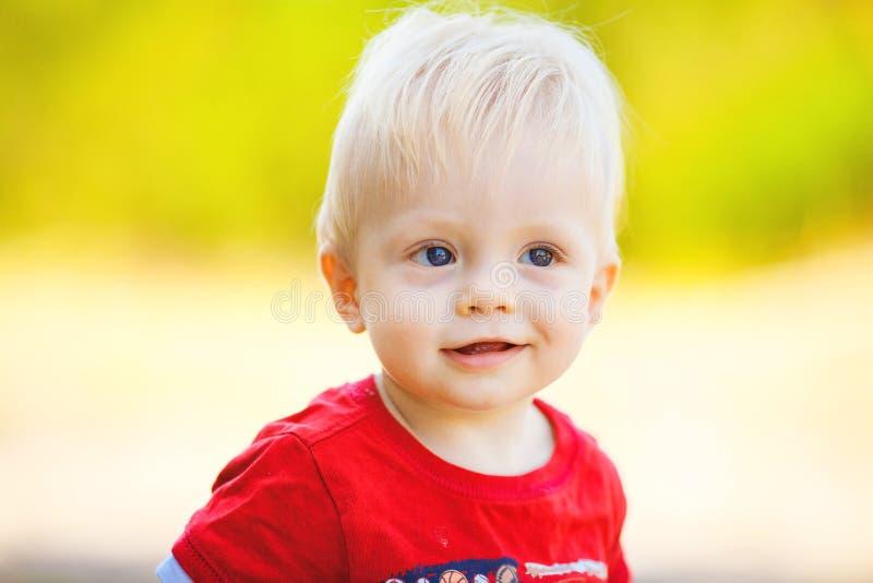 Chłopiec outdoors. Zamyka w górę portreta zdjęcia royalty free