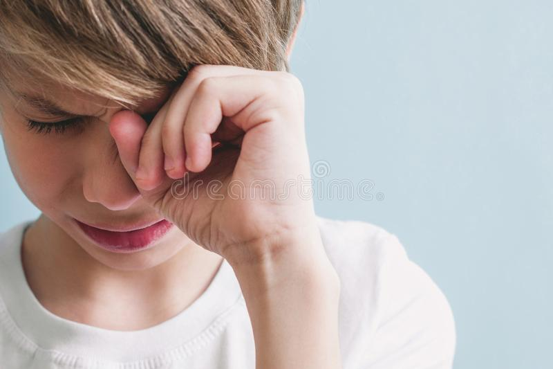 Chłopiec płacze Emoci pojęcie zdjęcie royalty free