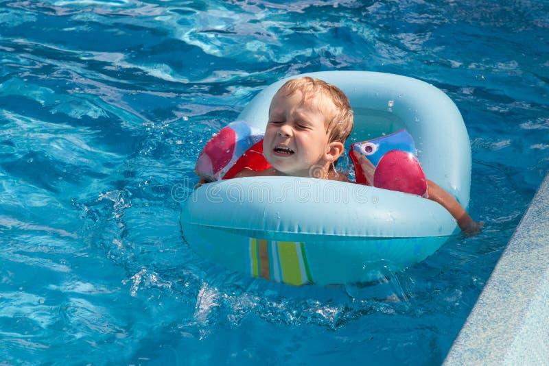 Chłopiec pływa w basenie fotografia stock