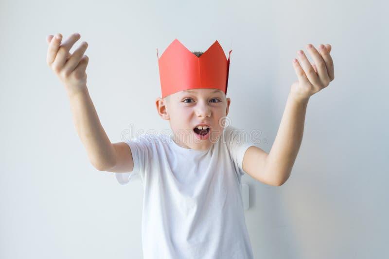 Chłopiec papieru korona pokazuje słabego rządowego pojęcie zdjęcie royalty free
