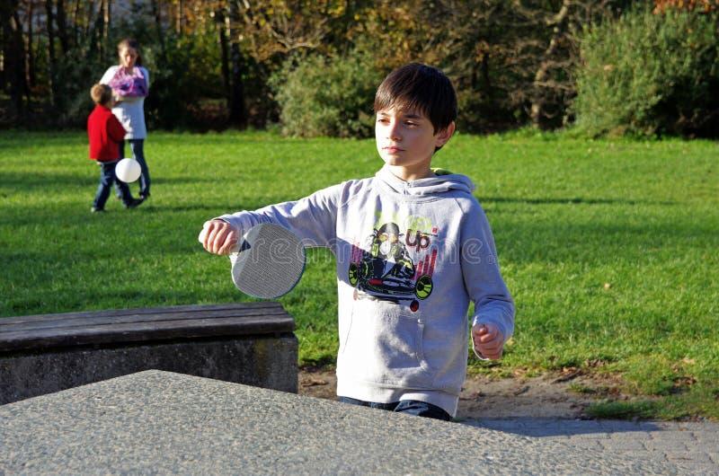 chłopiec park bawić się stołowego tenisa zdjęcia royalty free