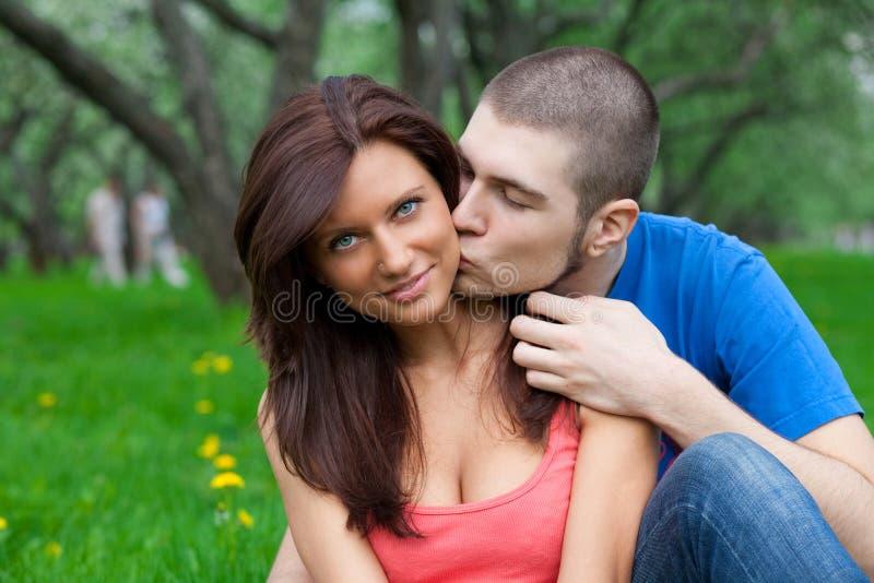 chłopiec pary dziewczyny buziaka miłość obrazy stock
