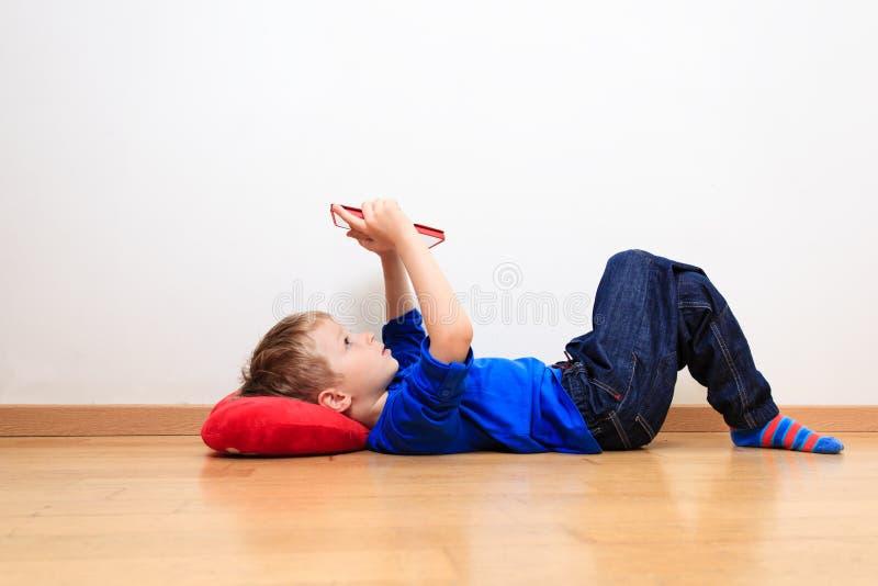 Chłopiec patrzeje dotyka ochraniacza, wczesny uczenie zdjęcie stock