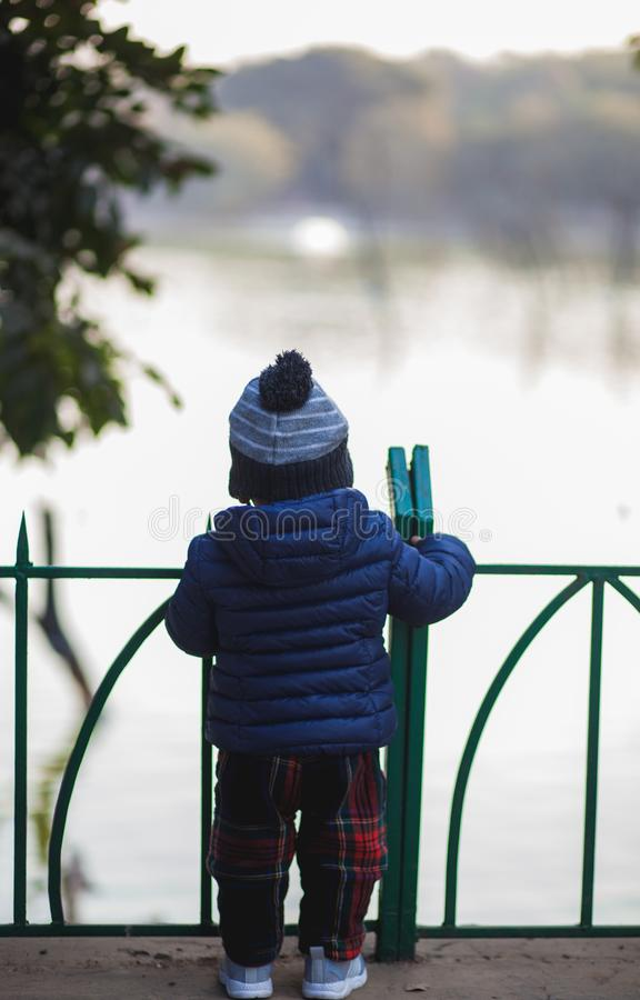 Chłopiec patrzeje naprzód obrazy stock