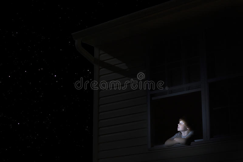 Chłopiec Patrzeje nocne niebo obraz stock