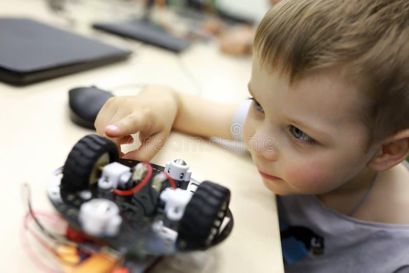 Chłopiec patrzeje robot obrazy royalty free