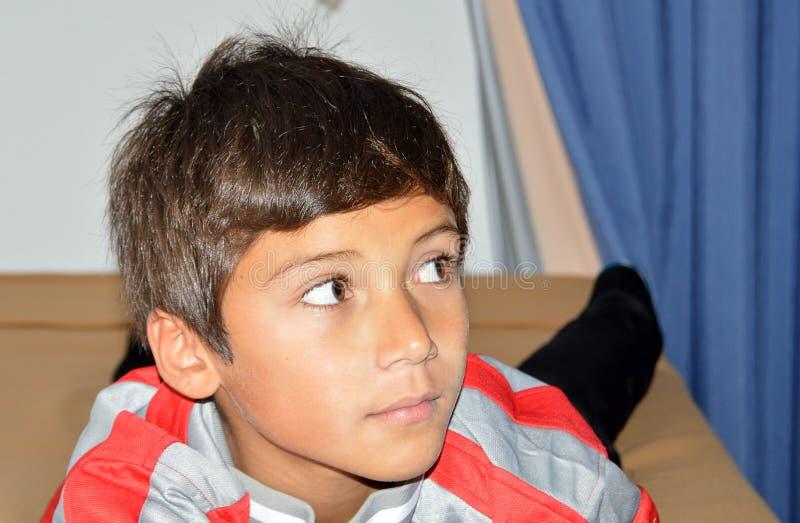 Chłopiec Patrzeje strona fotografia royalty free