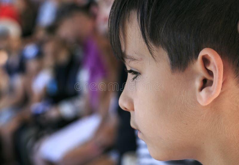 Chłopiec patrzeje widowisko obrazy royalty free