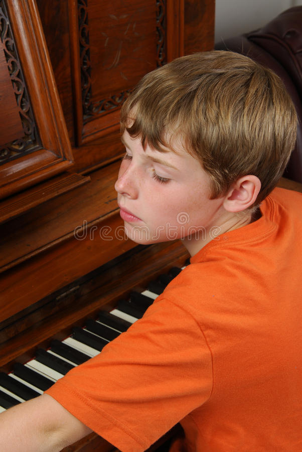 chłopiec pianina bawić się zdjęcie royalty free