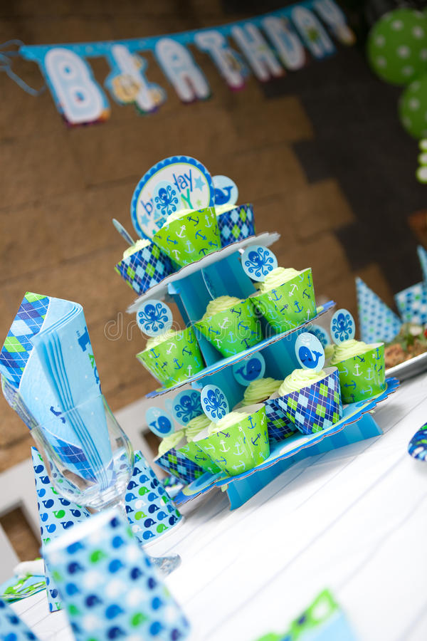 Chłopiec pierwszy przyjęcie urodzinowe - plenerowy stołu set zdjęcia stock