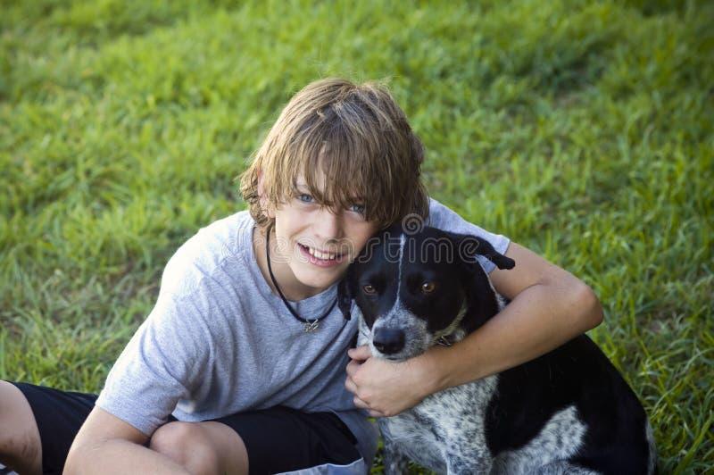 chłopiec pies jego zdjęcie royalty free