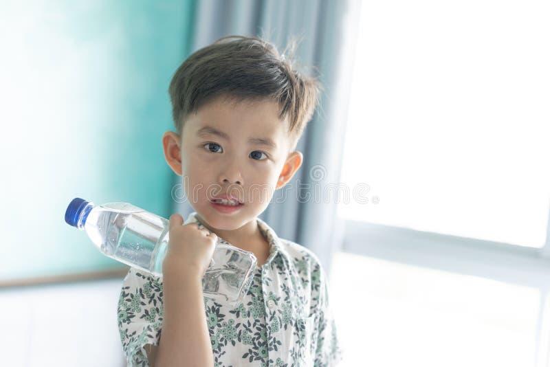 Chłopiec pije butelkę woda obrazy royalty free