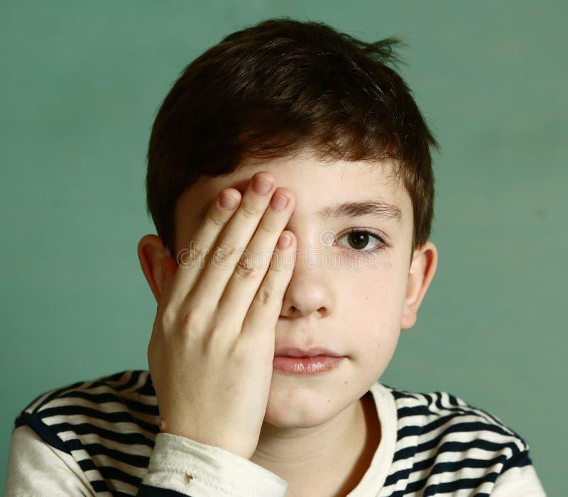 Chłopiec pod oftalmologa egzaminem zdjęcie stock