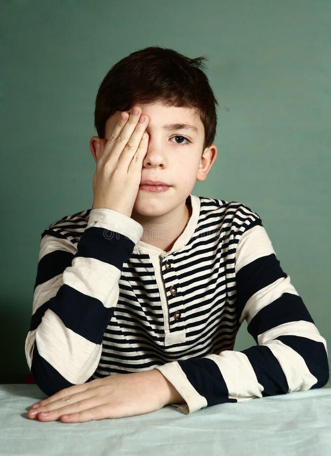 Chłopiec pod oftalmologa egzaminem zdjęcia stock