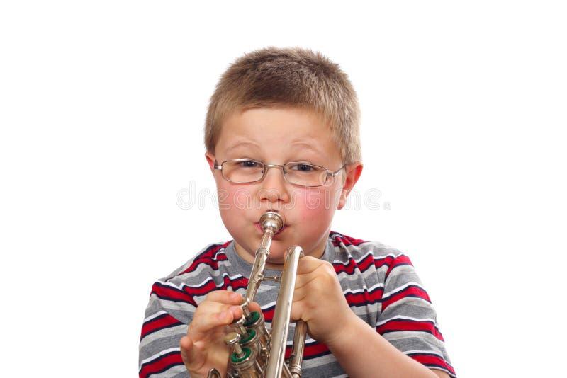 chłopiec podmuchowa trąbka zdjęcie royalty free