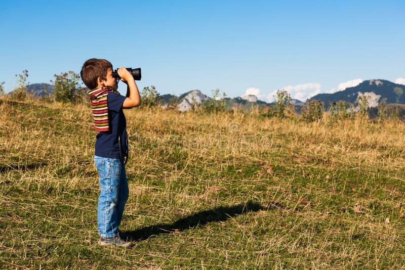 Chłopiec podziwia krajobraz zdjęcie stock