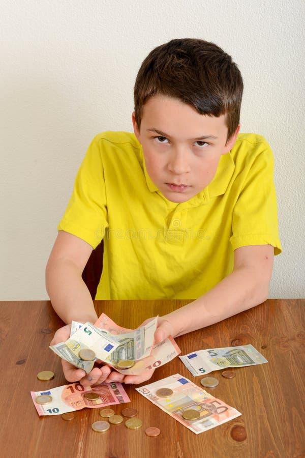 Chłopiec pokazuje dumnie jego pieniądze fotografia stock