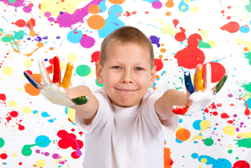 Chłopiec pokazuje jego ręki malować obraz royalty free