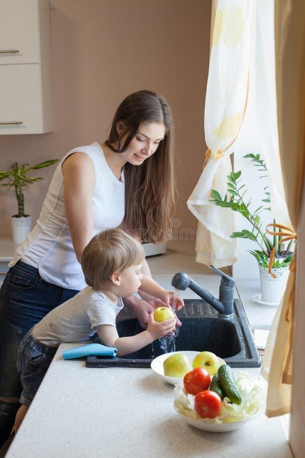 Chłopiec pomaga mamy w kuchni fotografia royalty free