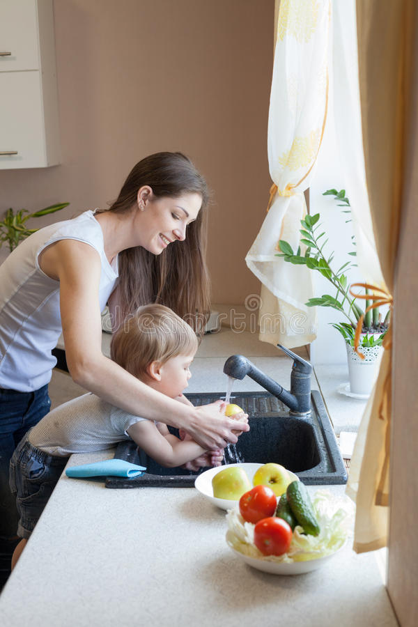 Chłopiec pomaga mamy w kuchni obrazy royalty free