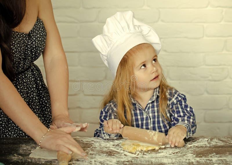 Chłopiec pomaga w kuchni obrazy stock