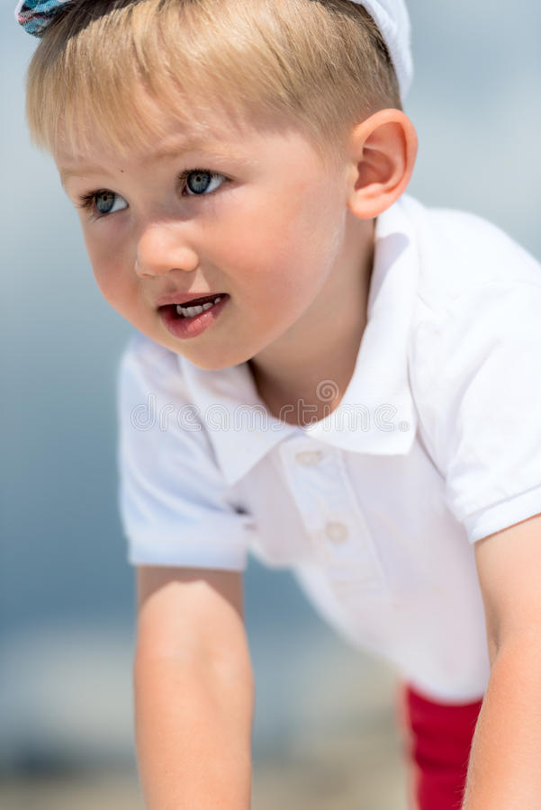 Chłopiec portret w białej polo koszula obrazy stock