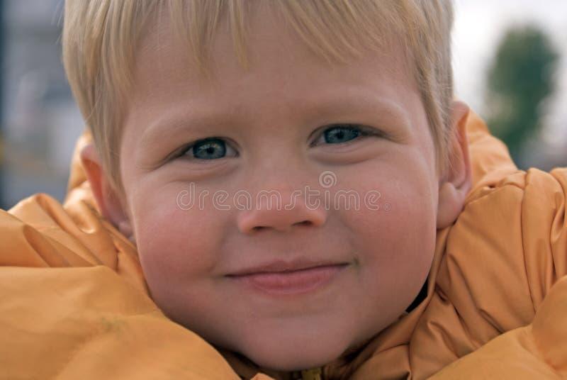 chłopiec potomstwa ufni przyglądający fotografia royalty free