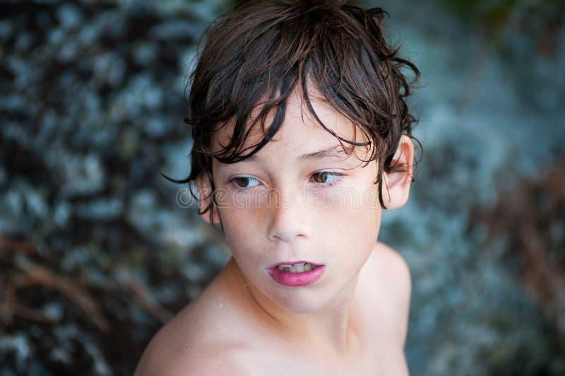 chłopiec poważny target1567_0_ zdjęcia royalty free