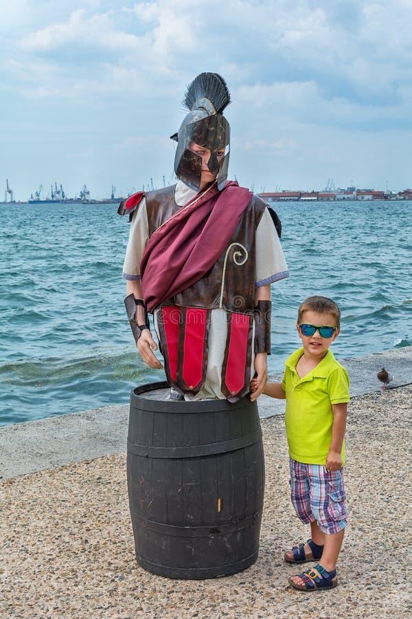 Chłopiec pozy z starożytnego grka wojownikiem obrazy royalty free