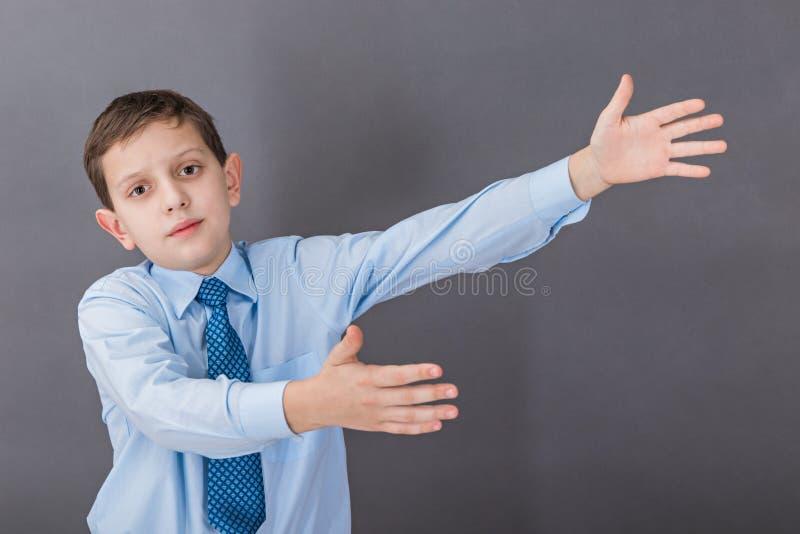 Chłopiec pozycja blisko blackboard fotografia stock
