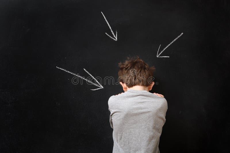 Chłopiec pozycja przy blackboard z strzała fotografia stock