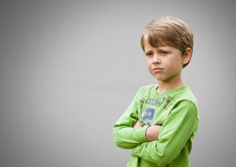 Chłopiec przeciw popielatemu tłu z rękami krzyżował zaniepokojonego ilustracja wektor